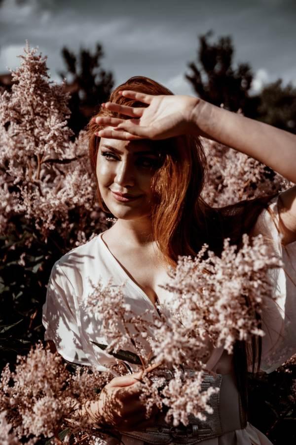 صوره بنت جميلة فى وسط اشعه الشمس الهادئة