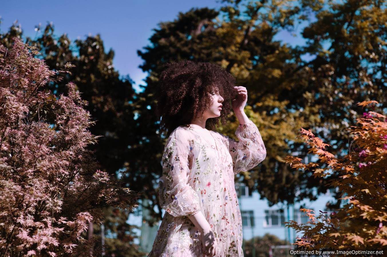 صوره بنت شعرها منكوش بيضاء جميلة