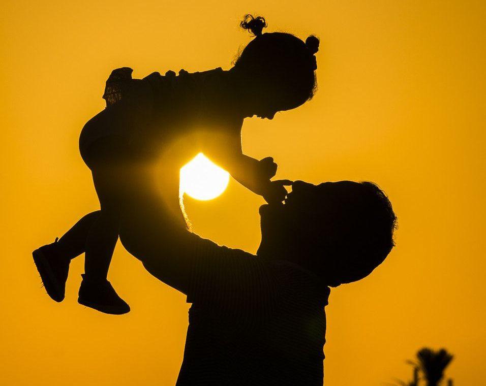 رؤية الأب الميت في المنام وهو حي للحامل
